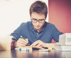 Jungen Mann konzentriert beim Lernen